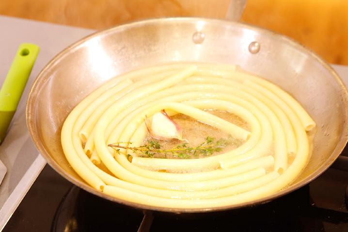 Bereiding van de gratin van reuze macaroni